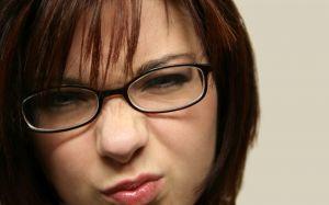 Крім зачіски на комп`ютері можна підібрати окуляри і макіяж