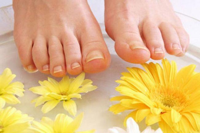 Чому виникає потовщення нігтів на ногах