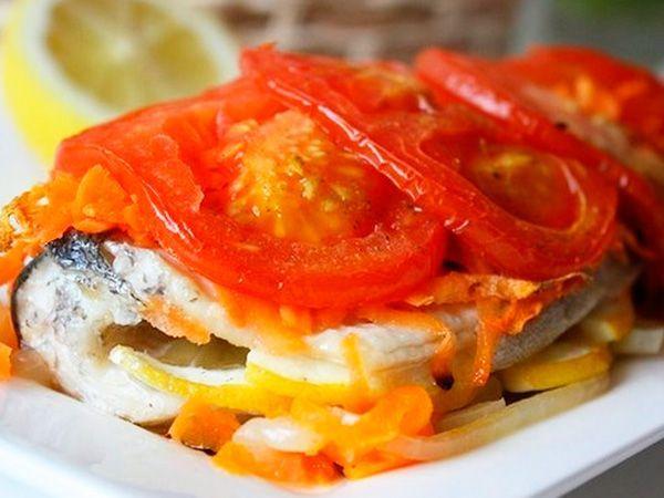 Запечена під помідорами риба