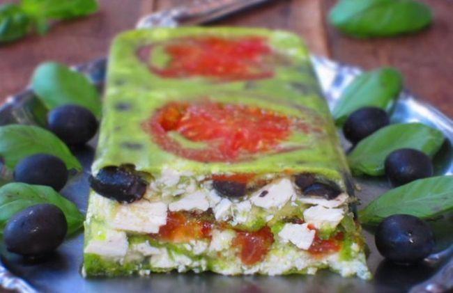 Террін з помідорами, фетою і оливками